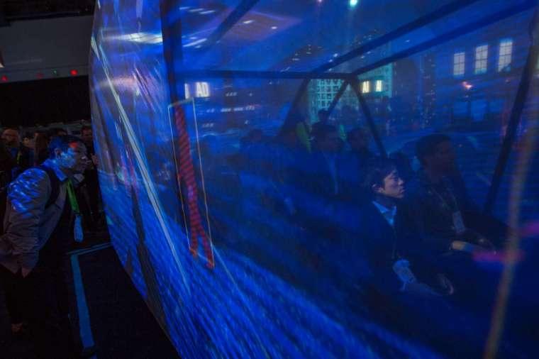 民眾觀看 Mobileye 研發的感測運輸顯示器 (圖片:AFP)