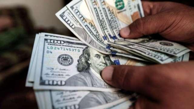 〈紐約匯市〉通膨升溫Fed不改立場 美元翻黑 比特幣突破63000美元 (圖:AFP)