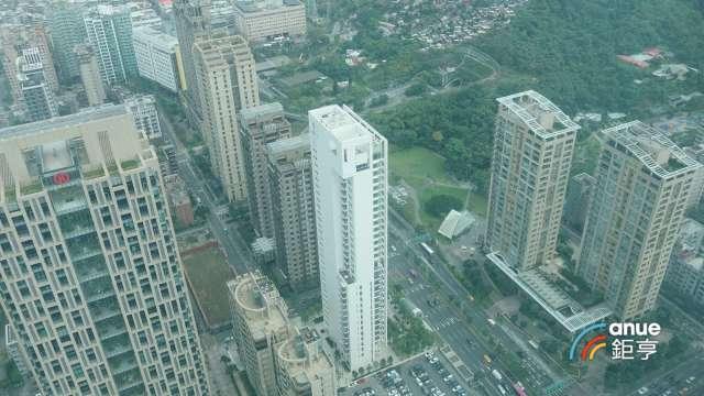 指標豪宅「琢白」(中)25樓戶5.7億元成交,創今年來豪宅交易最高總價。(鉅亨網記者張欽發攝)