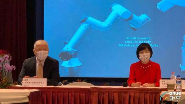 左起為直得財務長李柏蒼、董事長特別助理暨代理發言人許澄璞。(鉅亨網記者林薏茹攝)