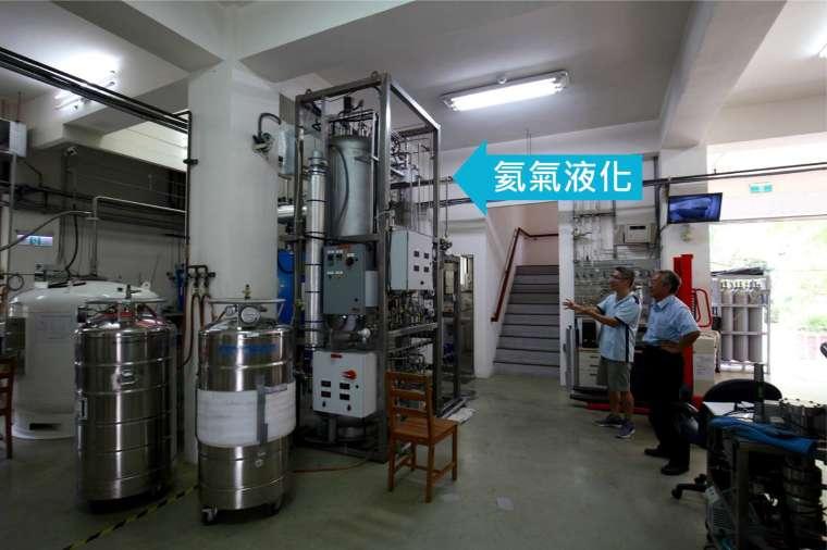 氦液化機室:回收的氦氣,經過這台機器液化後,再次用於物理所的低溫實驗。 圖│研之有物、廖英凱