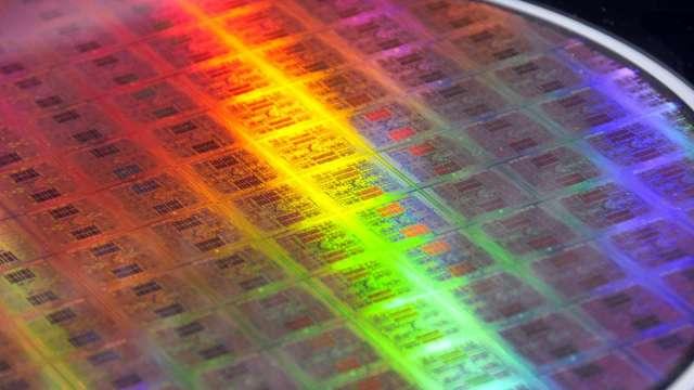 日經:SUMCO考慮興建全新工廠 提升矽晶圓產量 (圖片:AFP)