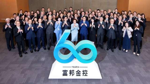富邦集團經營團隊今日特別齊聚一堂,一起比出60手勢祝賀富邦60週年生日快樂!同時,富邦揭示全新的品牌理念「正向力量 成就可能」(Be positive All possible)。(圖:富邦金控提供)
