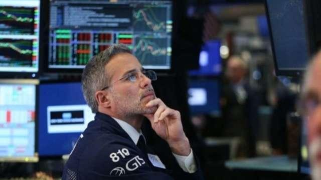 〈美股早盤〉美股高點回落 道瓊挫逾百點 特斯拉自駕釀禍跌4% (圖:AFP)