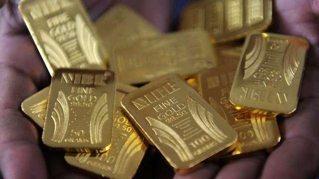 美元急跌、利率走低 分析師看好黃金短期前景(圖:AFP)