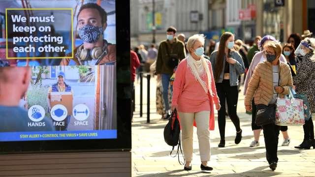 英國上週解封後 上街購物人數激增88%(圖片:AFP)