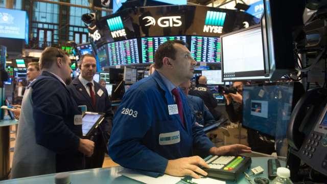 〈美股早盤〉科技股財報本周登場 美股連2日開低 道瓊再挫逾百點 (圖:AFP)