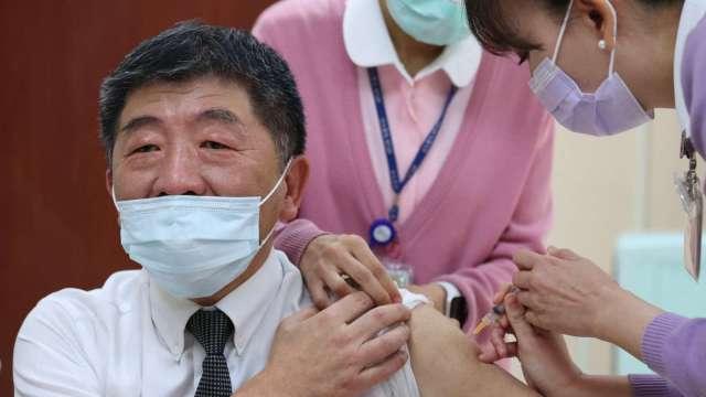 疫情指揮中心指揮官陳時中已接種新冠疫苗第一劑。(圖:AFP)