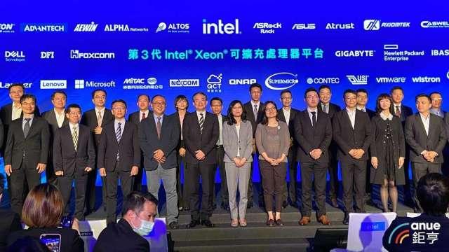 英特爾衝刺伺服器CPU市占,攜32家廠商推Xeon伺服器。(鉅亨網記者劉韋廷攝)