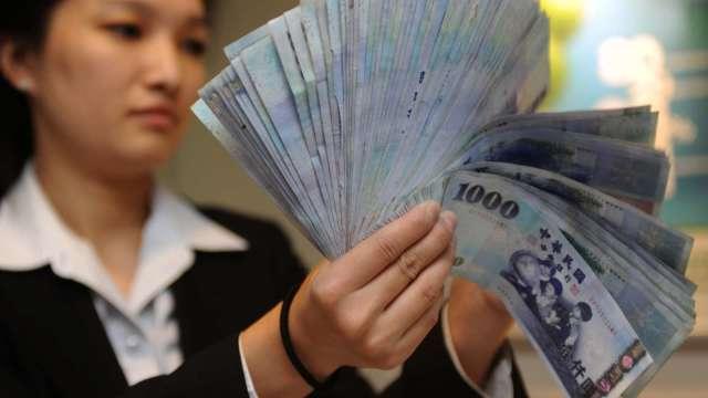 台幣升勢快又猛 收27.905元續創近24年新高。(圖:AFP)
