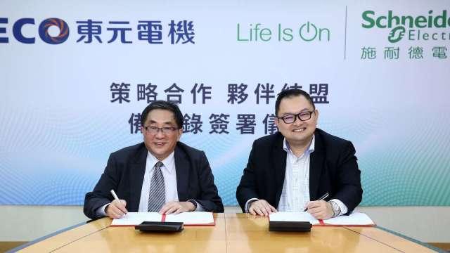 圖左為東元電機總經理連昭志,右為施耐德台灣區總經理張智斌。(圖:東元提供)