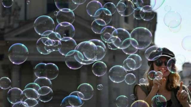 〈美股盤後〉鮑爾看到「美股存在一些泡沫」 道瓊尾盤急跌收黑。(圖片:AFP)