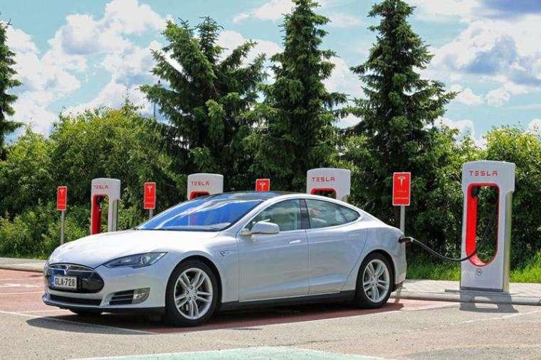 Tesla 的策略不止販賣車體本身,不僅銷售硬體,也推動生態系加值服務,未來不光是電動車賣錢,所衍生的自動駕駛及其他服務,也可收費。(圖/123RF)