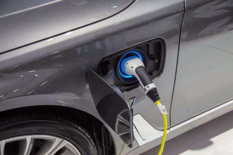 BMW 也在去年 12 月宣布加速電動車計畫,2023 年之前,將推出 25 款新型電動車,其中 13 款為純電,其餘為混合動力車。