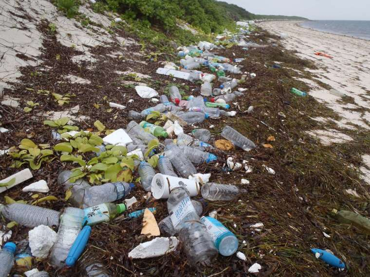 鄭明修發現東沙島海漂垃圾多得嚇人,圖片為東沙島岸上的海漂垃圾。 圖│鄭明修