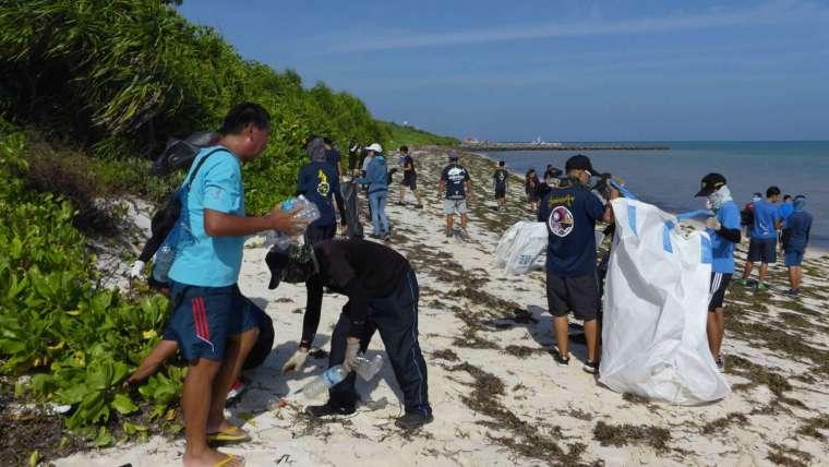 淨灘或認養海灘活動,目的是讓大眾親眼看見海岸到處是垃圾,從自己開始改變。 圖│鄭明修