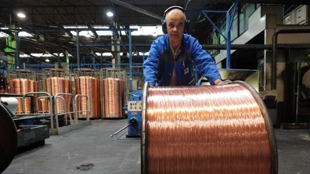 銅價10年來首度突破1萬美元 歷史高點近在眼前 (圖:AFP)