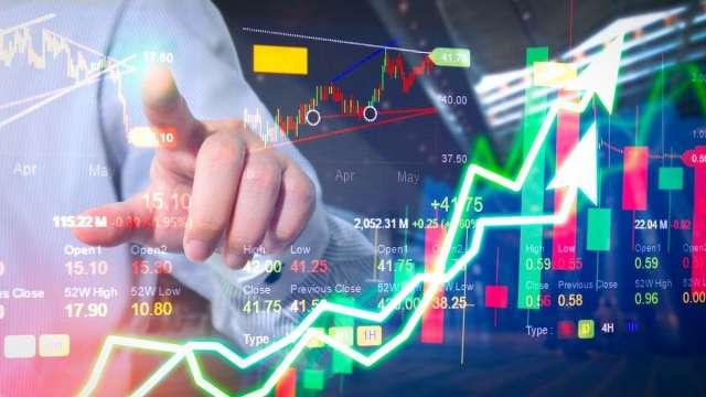 操盤手看台股:兩手策略持續 短線看財報、波段看漲價。(圖:shutterstock)