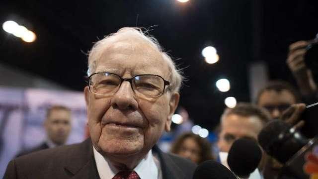 巴菲特:如果不當波克夏CEO 董事會同意由Greg Abel接任(圖:AFP)