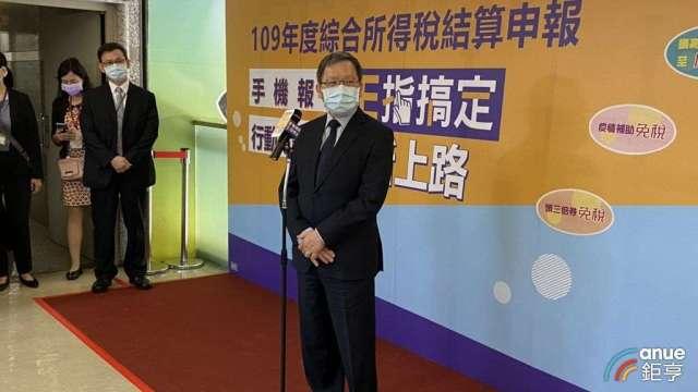 財政部長蘇建榮今天前往台北國稅局視察綜所稅申情形。(鉅亨網記者郭幸宜攝))