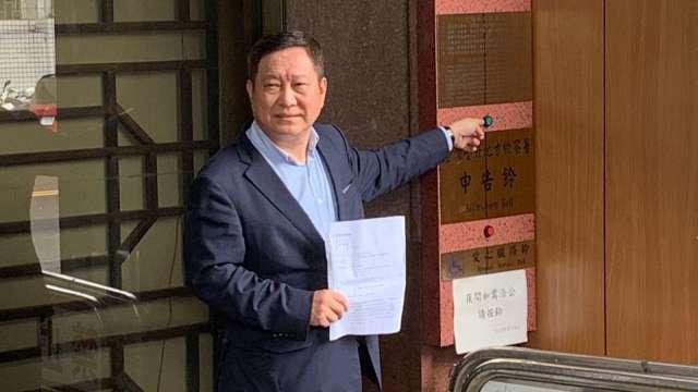 南港輪胎法人董事趙國帥赴台北地檢署按鈴申告。(圖:南港提供)
