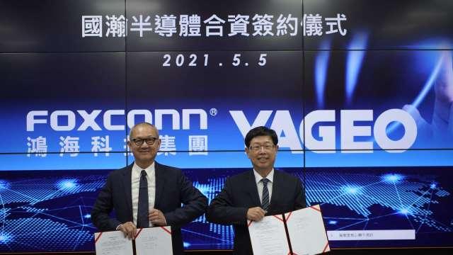 左起為國巨董事長陳泰銘及鴻海董事長劉揚偉。(圖:國巨、鴻海提供)