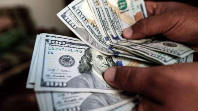 〈紐約匯市〉經濟數據遜預期 美元從兩周高點回落 商品貨幣反彈 (圖:AFP)