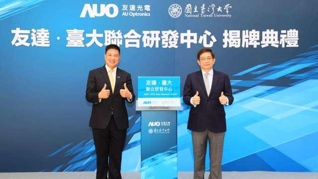 臺大校長管中閔(右)、友達董事長彭双浪(左)。(圖:友達提供)