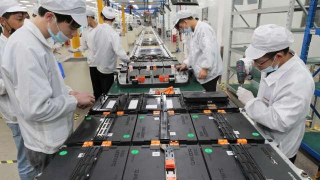 電動車吹起電池革命浪潮。(圖:AFP)