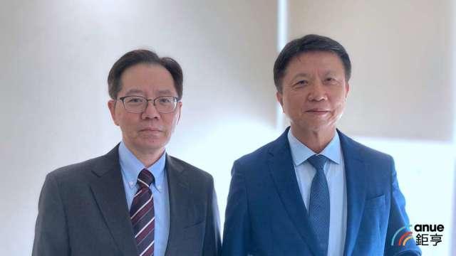 左起為鴻碩總經理魯憶萱及董事長張利榮。(鉅亨網記者彭昱文攝)