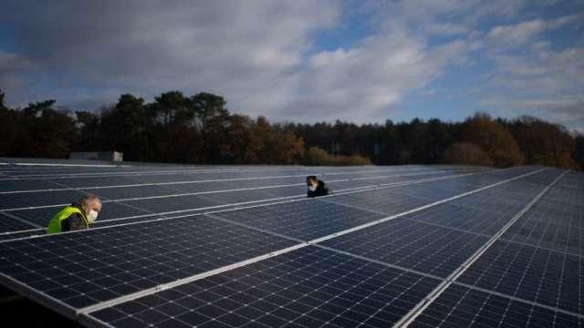 〈觀察〉高成本轉嫁有難度 太陽能模組成產業夾心餅。(圖:AFP)