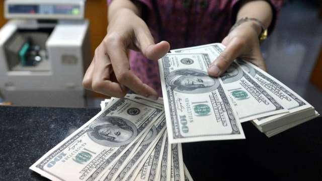 投資人追求收益率 美元至少還會疲軟3個月。(圖:AFP)