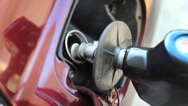 國內汽、柴油明起各降0.2元。(圖:AFP)