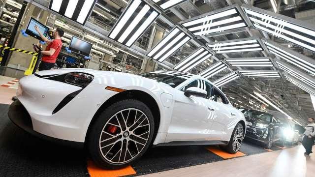 建大受惠全球車市復甦,新車銷售回溫。(圖:AFP)