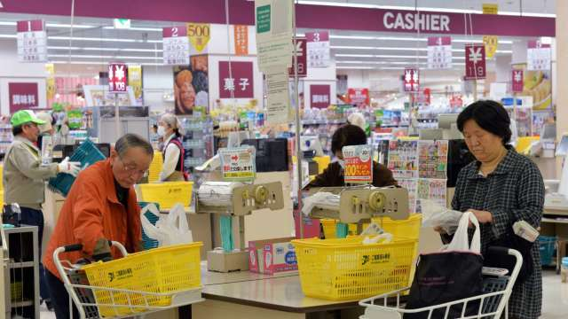 日本上年度消費支出減4.9% 史上第二大降幅 (圖片:AFP)