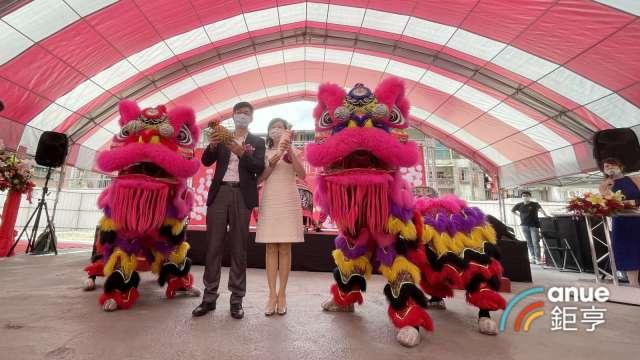 汐止最大的危老都更案今日由昇樺總經理谷念勝(左)主持動工儀式。(鉅亨網記者張欽發攝)