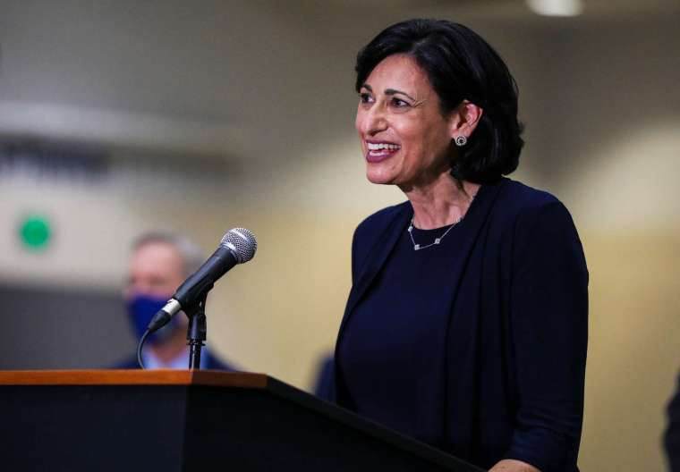 CDC 主任 Rochelle Walensky 宣布,完全接種疫苗的人無需戴口罩 (圖片:AFP)