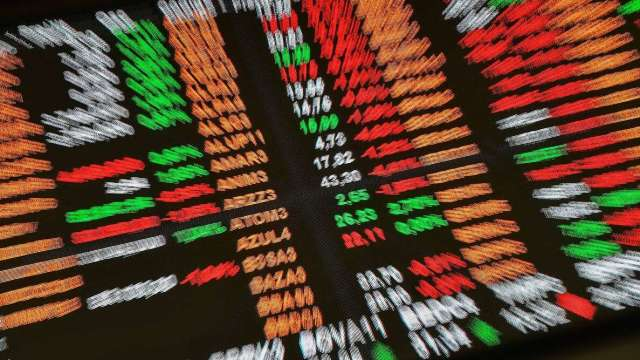 疫情升溫、鴿聲未斷 定期定額佈局股票型基金。(圖:AFP)