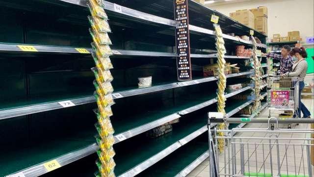 各地賣場引爆搶購潮,泡麵、罐頭、衛生紙及消毒用品等架上空蕩蕩。(圖:AFP)