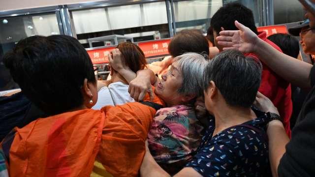中國4月零售銷售年增率近腰斬 達17.7%(圖片:AFP)
