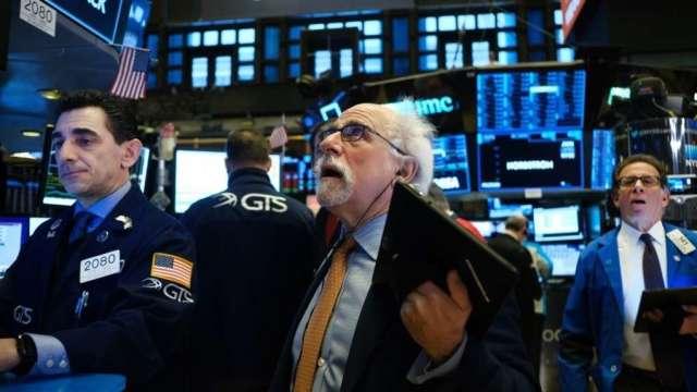 通膨隱憂再起 全球股市拉回。(圖:AFP)