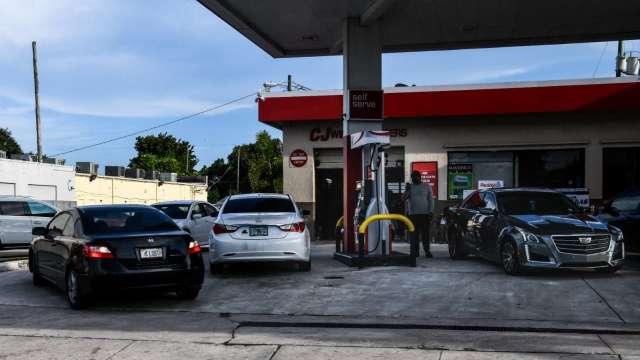 Colonial恢復營運 燃油仍短缺 美汽油價格飆7年新高(圖:AFP)