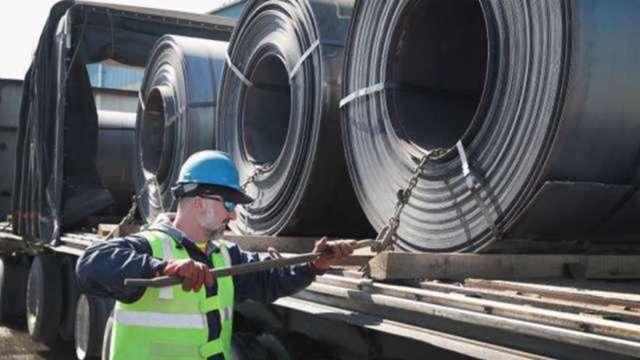 鋼價飆漲 越南當局罕見公開要求鋼鐵廠減少出口 (圖:AFP)