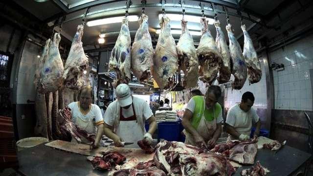 對抗國內食物價格上漲 阿根廷宣布禁牛肉出口30天(圖:AFP)