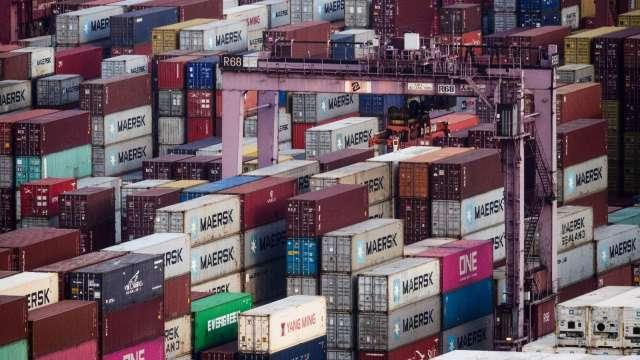貨櫃塞爆港口!海運交貨時間大延遲 僅4成貨輪準時交貨(圖片:AFP)