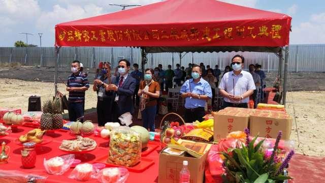 矽品今日由行政長簡坤義率領團隊在中科二林廠基地舉辦祭祀祈福。(圖:業者提供)