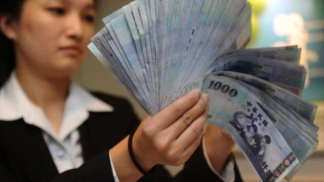 外資翻臉大賣台股 匯市豬羊變色翻貶收27.982元。(圖:AFP)