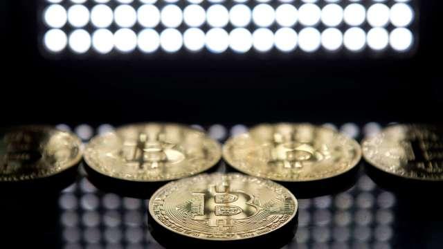 小摩:預期上行趨勢告終 機構投資人紛減持比特幣、轉抱黃金 (圖:AFP)