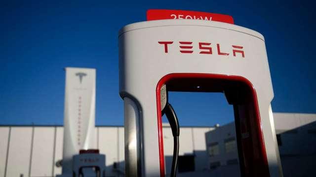 千呼萬喚始出來!特斯拉Model S Plaid下月初交貨 激勵股價漲逾4% (圖片:AFP)