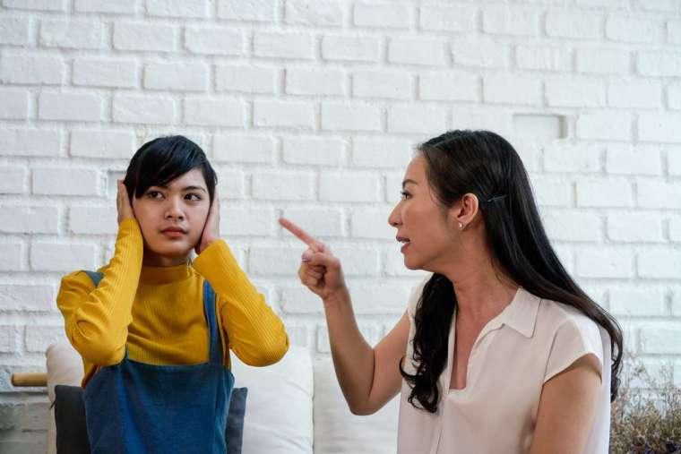 親子衝突是臺灣家庭最常見的困擾。部分原因是,在強調和諧、孝道的文化傳統下,青少年和父母難以建立對等的溝通模式,寧可選擇避開問題、減少爭執。 圖│iStock